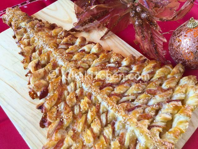 L'albero di Natale di pasta sfoglia è un antipasto natalizio sfizioso, da farcire a piacere secondo i gusti. Un'idea simpatica da presentare