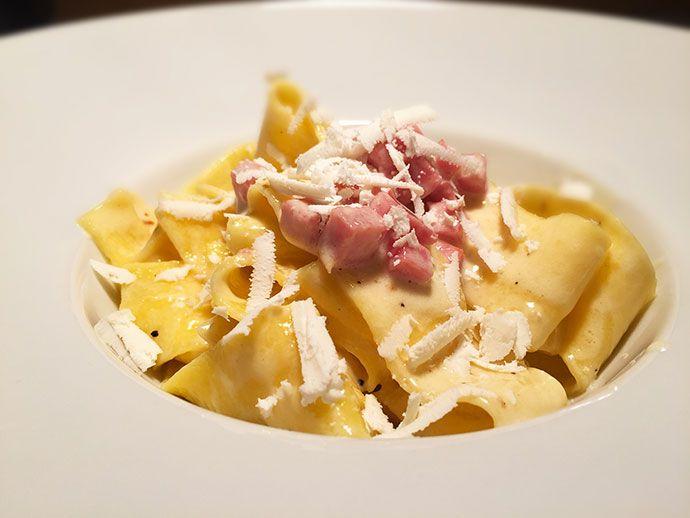 Pappardelle al tartufo con salsa al limone, prosciutto di Praga e ricotta salata