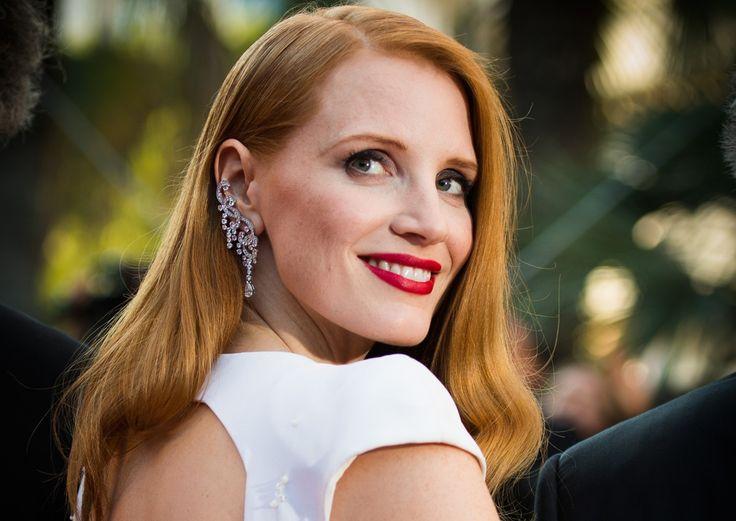 Labbra glossy, effetti iridescenti e bagliori hanno illuminato il tappeto rosso del party charity più atteso. Ecco la cascata di stelle in tutta la loro bellezza