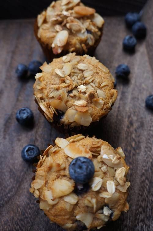 Muffins veganos de blueberry o frambuesas con crumble de almendra y avena