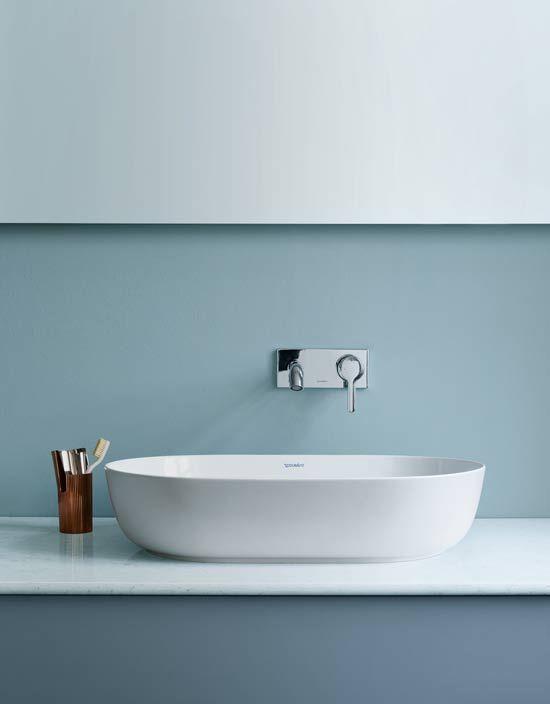 Deense lifestyle in badkamer - De strakke randen met organisch vloeiende binnencontouren laat samensmelten, wordt het ligbad bovendien een absolute blikvanger in de badkamer. #badkamer #bathroom