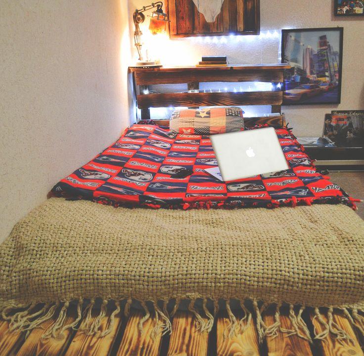Удобная кровать из поддонов. Дёшево и сердито а главное красиво! Длинна: 200 см. Ширина: 120 см. Высота: 15 см. Высота изголовья: 100 см. Цена: 750 грн./28$ может варьироваться в зависимости от сложности конструкции и материалов из которых состоит кровать.   Comfortable bed made of pallets. Length: 78,7 inch. Width: 47,2 inch. Height: 5,9 inch. Head height: 39,3 inch. Price: 750 UAH / 28 $ can vary depending on the complexity of the construction and materials of which the bed is made.