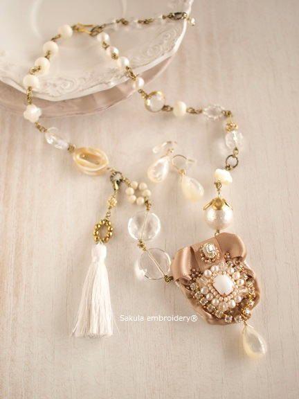 ロマンティック ミルク 刺繍ネックレス