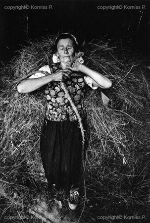Woman carrying hay (1977), Korniss Péter