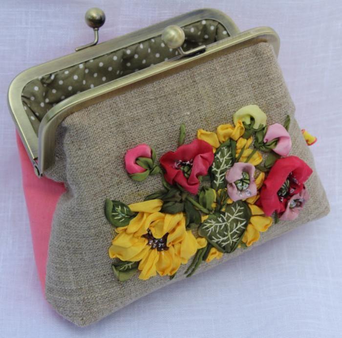 petit sac, minaudière avec des fleurs brodées
