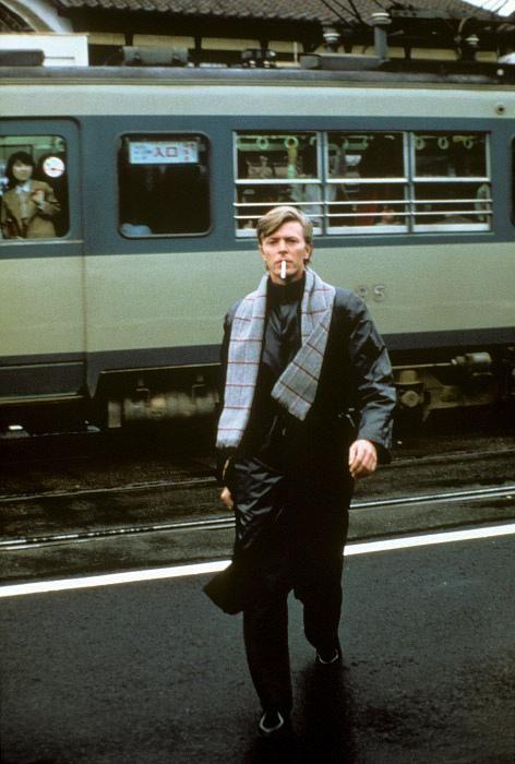 """日本の電車に乗るデビッド・ボウイ David Bowie on a train in Japan (Masayoshi Sukita) http://t.co/KCqDt5VHmj"""" 京阪80系をバックに記念撮影をする姿に電車の中の女性の視線が釘付けなのが分かりますか?"""