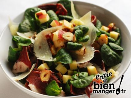 Salade de mâche, pommes, magret de canard fumé, et Ossau-Iraty de Istara