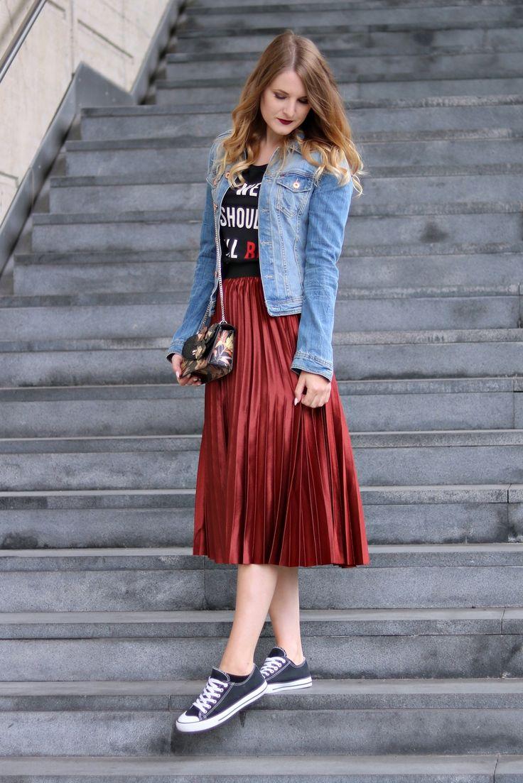 Plisseerock und Jeansjacke kombiniert mit Chucks und Guess Tasche. Mein Vienna Fashion Week Streetstyle Look.