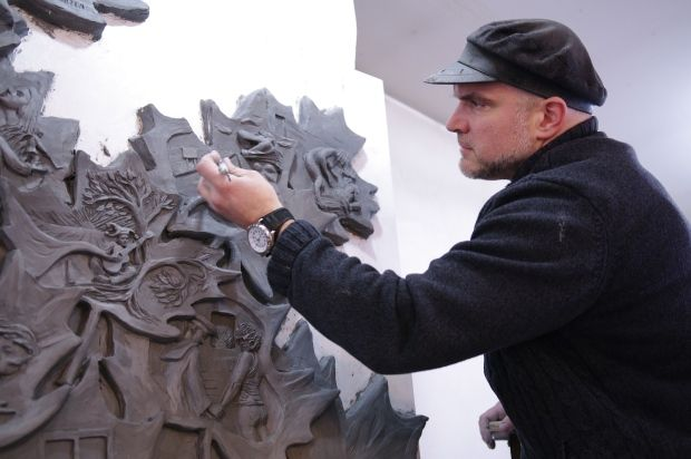 Tim Schmalz is sculpting 22 of Gordon Lightfoot's best-known songs onto the leaves of his statue. (Melanie Ferrier/CBC)