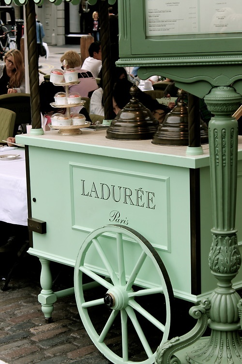 Ladurée. . . boulangerie française de luxe et des bonbons maison, Paris