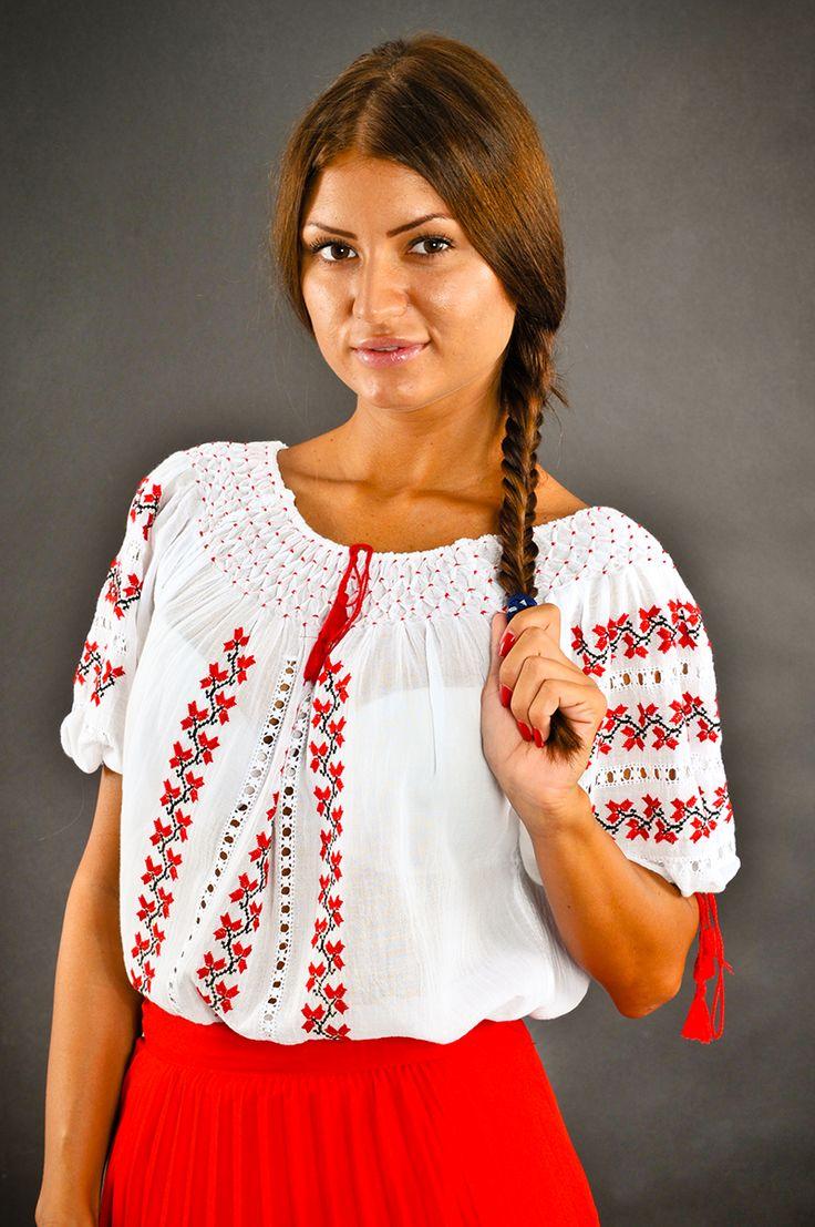 Ie românească cu mânecă scurtă, brodată manual pe panză topită ( pânză subțire din bumbac 100%) cu fir de bumbac.