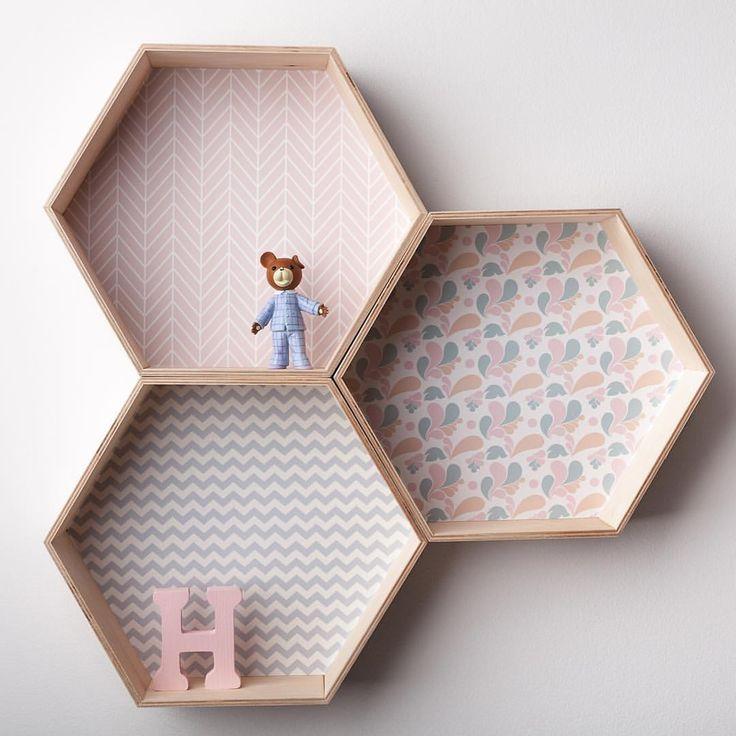 H is for HELLO 🐻🌸💫 #sześciokąt #półkaszesciokąt #honeycomb #hexagonshelf #hexagonshelves #hexagon #heksagon #girlsroom #forgirls #kidsroom #kidsinterior #kidsinteriordesign #walldecor #honeycombshelf #girl #pink #butterfly #woodentoys #woodenletters #pink