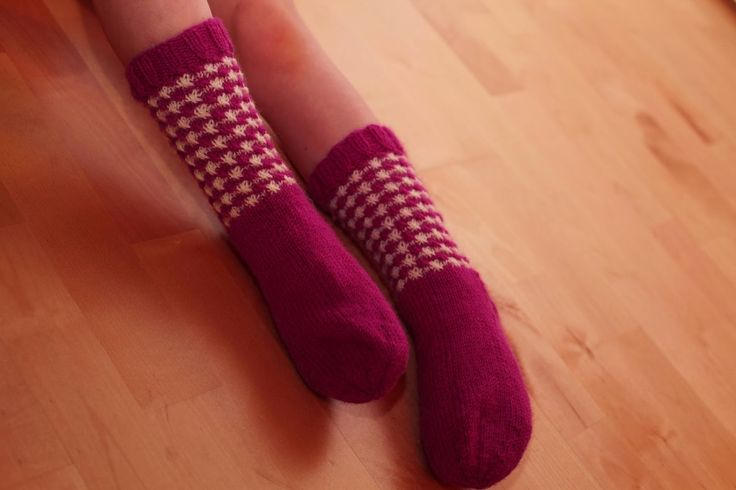 Uusimmassa Modassa oli kivat asusteet, joissa oli käytetty kukonaskelkuviota. Innostuin heti ja tein sukat tyttärelleni.    Malli: varren ...