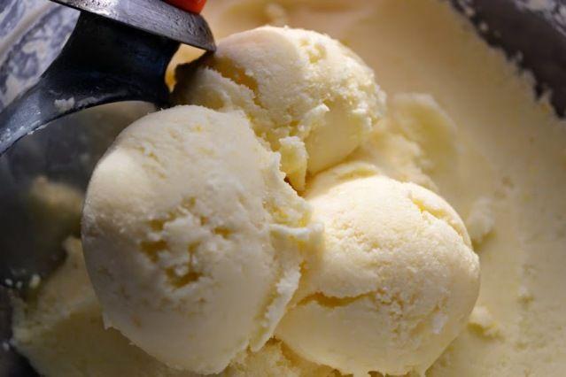 Освежающее, с кислинкой мягкое домашнее лимонное мороженое. Освежающее, с кислинкой мягкое домашнее лимонное мороженое. Нам понадобится: 250 гр сметаны или домашнего йогурта 100 гр сахарной пудры 1 небольшой лимон NB в рецепте мы использовали заранее замороженный лимон, натёртый на тёр