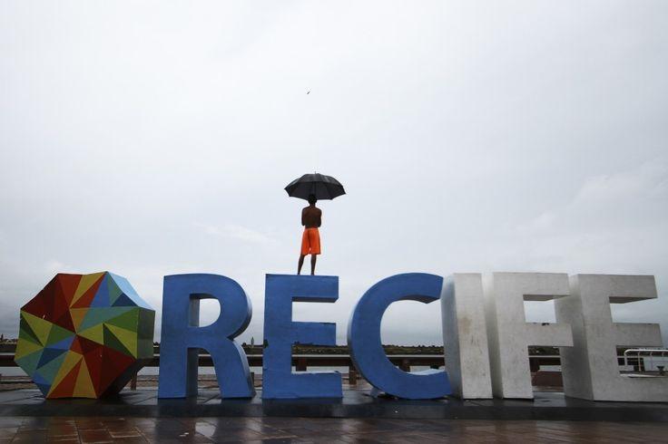 Pode chover forte neste domingo na Região Metropolitana de Recife (RMR) Zona da Mata Norte e Agreste de Pernambuco. O  aviso foi emitido esta manhã pela Agência Pernambucana de Águas e Climas (Apac). O alerta aponta para chuvas de moderadas a fortes acima de 30 mm para as próximas 24 horas orientando a população a seguir as orientações da Defesa Civil.  A previsão para este domingo é de tempo parcialmente nublado a nublado com pancadas de chuva. #Chuva #Apac #ChuvaRecife #Previsão #Alerta…