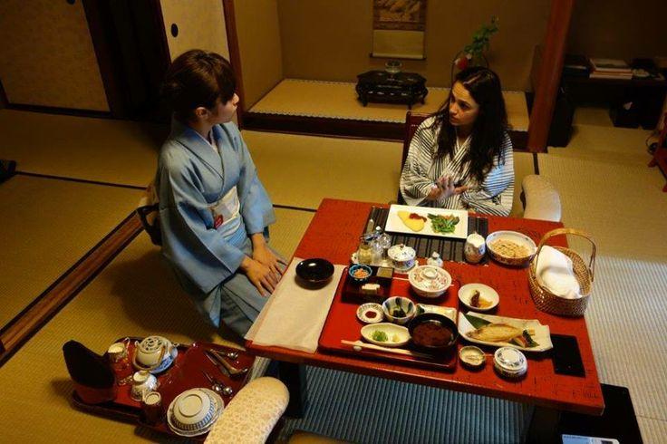 Sabah kahvaltısı 8.30 gibi yapılıyor, öncesinde sıcak banyo veya yürüyüş iyi gelebilir diye düşünüyorum. Bu arada kahvaltı seçiminizi eğer Japon kahvaltısı almayacaksanız geceden size sunulan formlar üzerince seçenekleri işaretliyorsunuz... Daha fazla bilgi ve fotoğraf için; http://www.geziyorum.net/ryokan/
