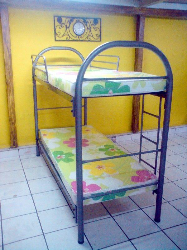 """Nuestro camarote desmontable de convierte en dos camas individuales de 0.80 x 1.90mts. Por sus dimensiones, es ideal para espacios reducidos. Incluye dos comodos colchones ortopedicos de 4"""" de grosor."""