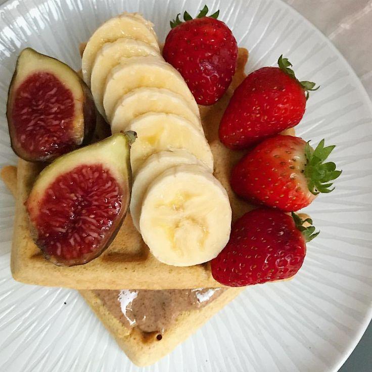 ¡Buenos días! ¿Apetecen unos #gofres de #avena con #cremadecacahuete y fruta eh? 🔝😋 #missdesayunos #breakfast #desayuno #yummy #delicious #healthy #healthybreakfast #gaufres #waffles #oats #instafood #igfood #hereismyfood #befitfoods #peanutbutter