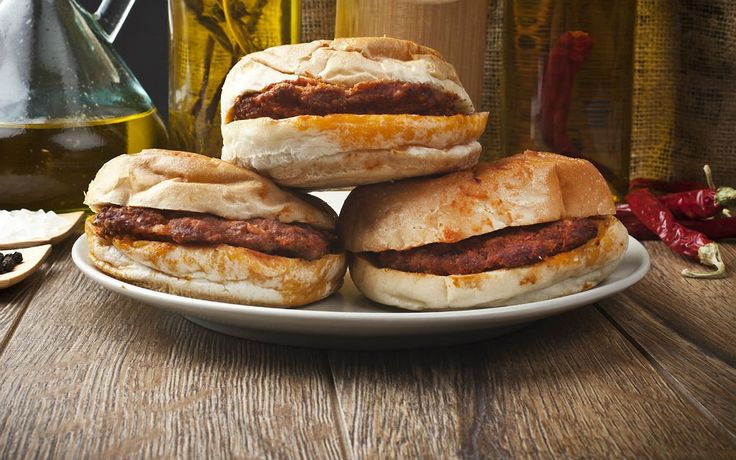 Köftesi diğer hamburger köftelerinden biraz farklıdır, tat olarak anne köftesini andırır. Domates sosu ayrıca hazırlanır ıslak hamburger tarifinin.
