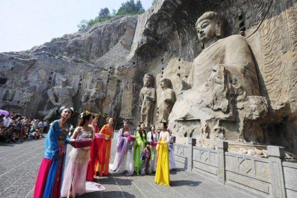 Grutas de Longmen China. Esta increíble maravilla estuvo oculta miles de años, pero por fin se ha descubierto. En las grutas de Longmen, en la provincia de Henan en China, este gran templo lleno de historia China al fin se ha abierto al público, y dentro y fuera de él se puede apreciar la historia de varias dinastías chinas y de su religión. https://coyotitos.com/increible-maravilla-oculta-por-fin-se-ha-descubierto/