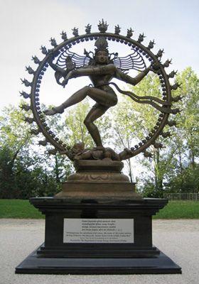Simbologia do deus hindu Shiva: Shiva ou Senhor da Dança representa através da dança e rodeado por um anel de fogo suportado pelo anão da ignorância, o fim de uma era e o início de outra. Numa dança frenética, representa a morte e o renascimento. Com o seu tambor, marca a vibração do universo e o bater do coração. Nos cabelos de Shiva encontra-se o Rio Ganges e as chamas no anel de fogo simbolizam purificação e destruição da ilusão; o tambor na mão de Shiva marca o compasso do coração…