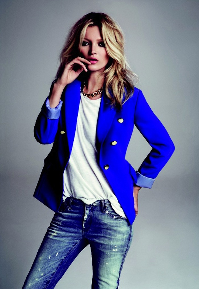 Royal blue blazer, plain white tshirt, jeans, chain necklace, pink lipstick and blond wavy hair. KM for Mango