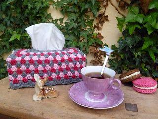 Duidelijke foto-tutorial van een gehaakte hoes voor tissue doos: The Royal Sisters: Granny Tissue Box Tutorial