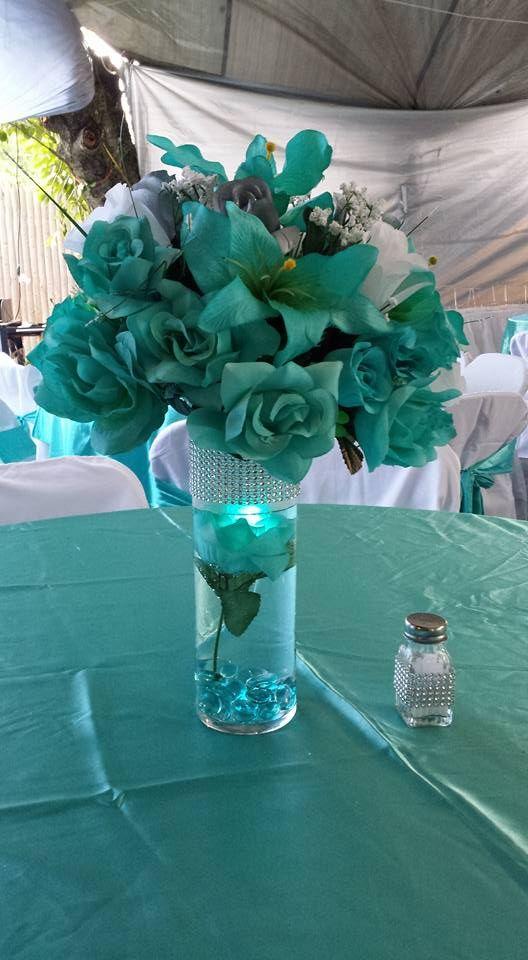Centro de mesa en tonos aqua y plata Quinceanera