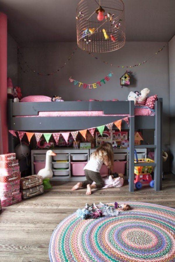 子供部屋のロフトベッドの下のスペースを収納空間に。カラーボックスに桟を取り付けてケースを収納。
