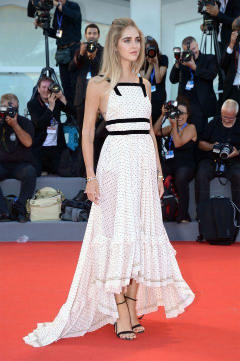 Chiara Ferragni atrajo todos los 'flashes' con un vestido blanco con lunares en negro de Philosophy by Lorenzo Serafini.