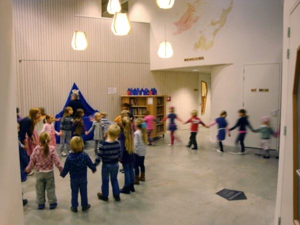 bijzondere klaslokalen, rustig materiaalgebruik, kleur door kunst en heldere belettering; Michaëlschool, Leeuwarden, Onix