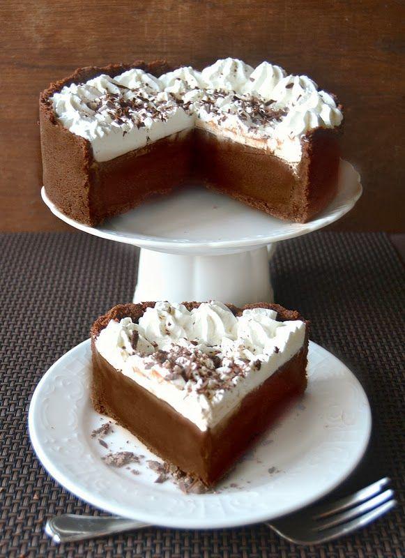 Ricetta Torta MississippiPer la crema al cioccolato 120 g di zucchero 40 g di amido di mais 30 g di cacao 1/2 cucchiaino di sale 4 tuorli 700 ml di latte intero 170 g di cioccolato fondente (60%) fuso 30 g di burro a temperatura ambiente