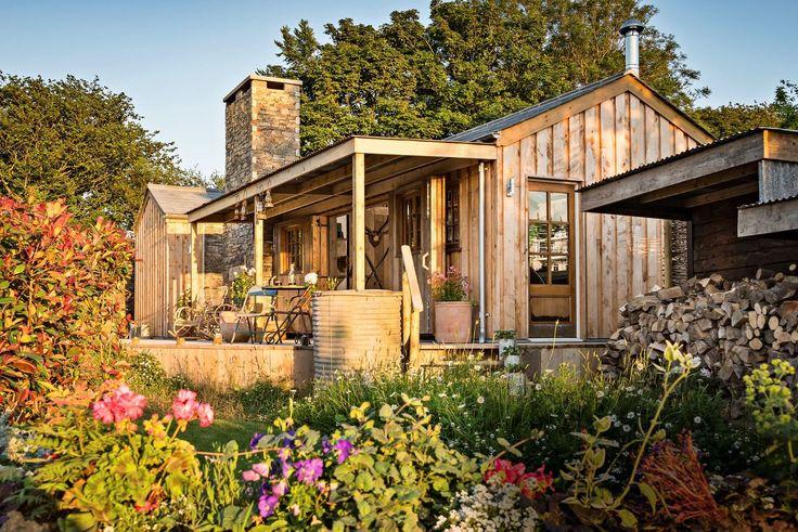 Syrový půvab srubu Firefly a okolní romantická krajina Cornwallu nabízejí možnost netradiční dovolené.