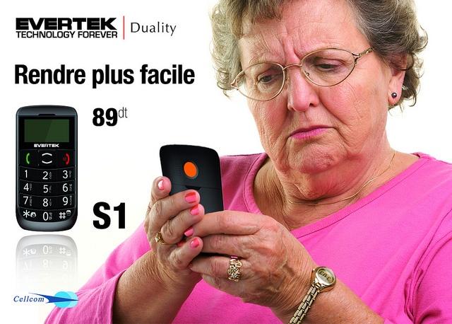Le S1, le premier portable adapté aux seniors, proposé en exclusivité par Evertek. Des grandes touches avec des chiffres qui prennent tout le clavier. Une torche pour y voir plus clair et une touche SOS en cas de problèmes. Le portable qui vous sécurise, c'est le S1.
