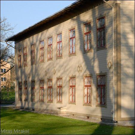 Badhus No 1 var avsett för 1:a klassens badgäster. Här fanns exklusiva badkabinett där jag antar att man ägnade sig åt… stålbad. Det snirkliga huset byggdes 1874-76 efter ritningar av arkitekt C. F. Rasmusen. Ronneby