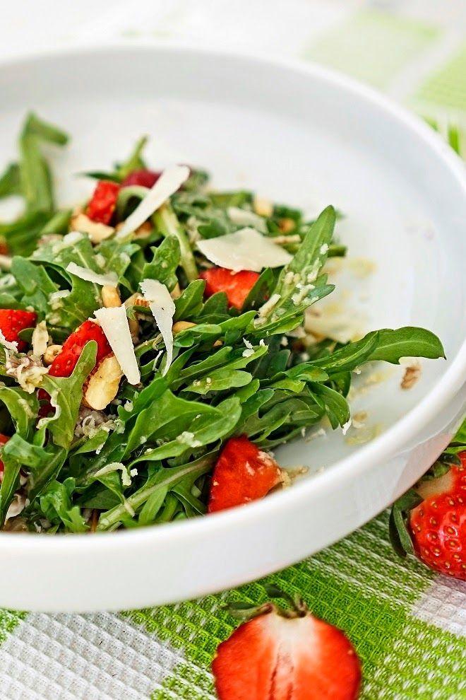 stuttgartcooking: Salat aus Rucola, Erdbeeren, Walnüssen, Pinienkernen und Parmesan