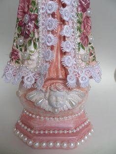 Imagem de gesso, pintada em rosa antigo,  Foram aplicados decalques florais em tons rosa, perolas, e o contorno do manto é de guipir com perolas.  É uma linda imagem.