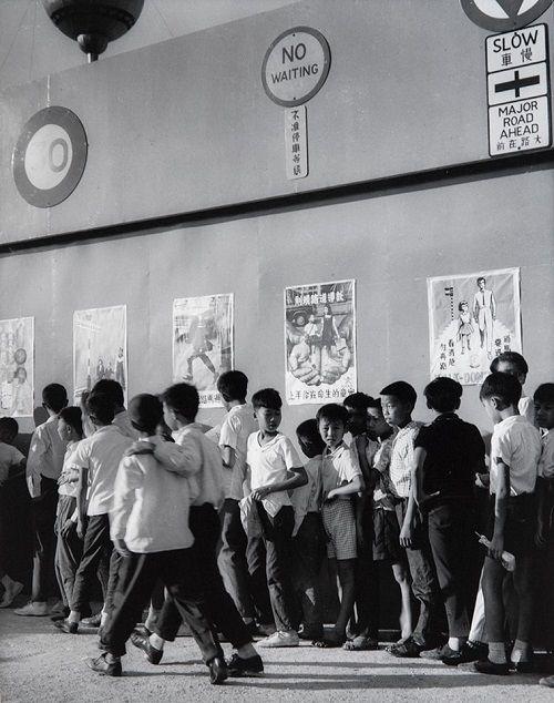 """Foto: Yau Leung - """"Fellow People - Wan Chai Bands and Products Expo"""", 1968. // #artSelecta el arte que hay que ver // lee nuestros articulos en nuestro blog // streetphotography, hong kong, fotografia documental, inspiration, vintage beauty."""