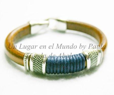 Pulsera de Cuero Regaliz con piezas de Zamak bañadas en plata.