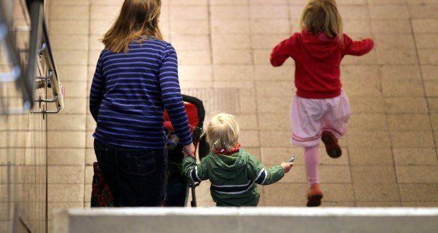 Die CSU-Pläne zum Ausbau der Mütterrente stoßen bei der CDU auf Kritik. Anstatt sich auf jene zu konzentrieren, die bereits in Rente sind, solle man sich den Folgegenerationen widmen. Indessen zeigt sich, dass Frauen in Westdeutschland stärker davon profitieren.