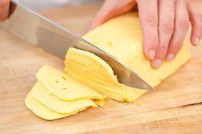Домашний твердый сыр Приготовить домашний твердый сыр не так уж и сложно. Такой сыр можно смело давать малышу, ведь в нем не будет никаких ароматических добавок и красителей. Ингредиенты: - 500 грамм жирного творога (не менее 9%) зернистого - 500 мл молока (чем жирнее, тем лучше, но я брала обычное 3,2%) - 50 грамм сливочного масла - 0,5 чайной ложки соды - 1 яйцо - соль по вкусу (примерно 0,5 чайной ложки) Способ приготовления домашнего твердого сыра: 1. Выливаем молоко в широкую кастрюлю…