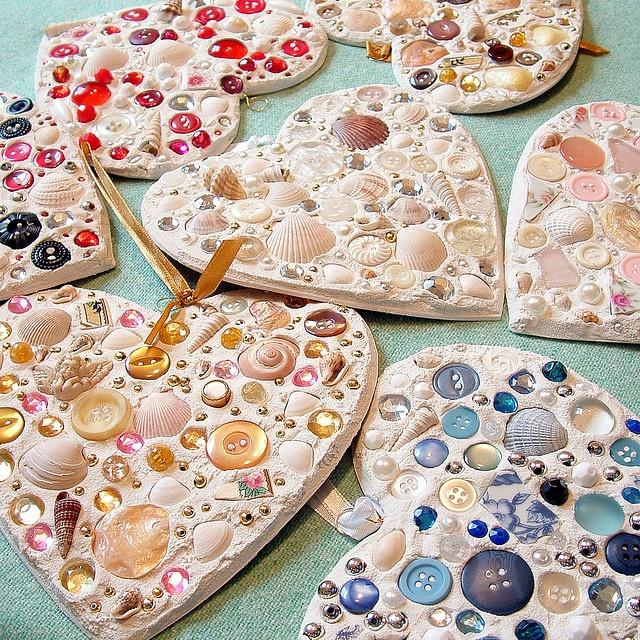 Mozaiek harten met schelpen,knopen, beads en gebroken porselein.