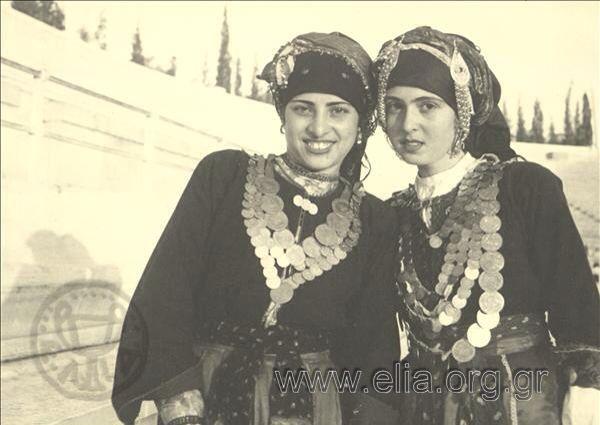 Εορτασμοί της 4ης Αυγούστου: γυναίκες με παραδοσιακές ενδυμασίες της Καρπάθου.1937.