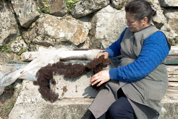 saber fazer - www.saberfazer.org - fiar a lã ludra com a D. Benta
