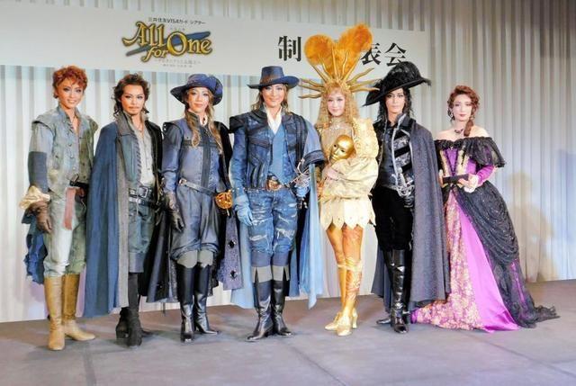 会見に出席した(左から)暁千星、宇月颯、美弥るりか、珠城りょう、愛希れいか、月城かなと、沙央くらま=東京・千代田区のパレスホテル
