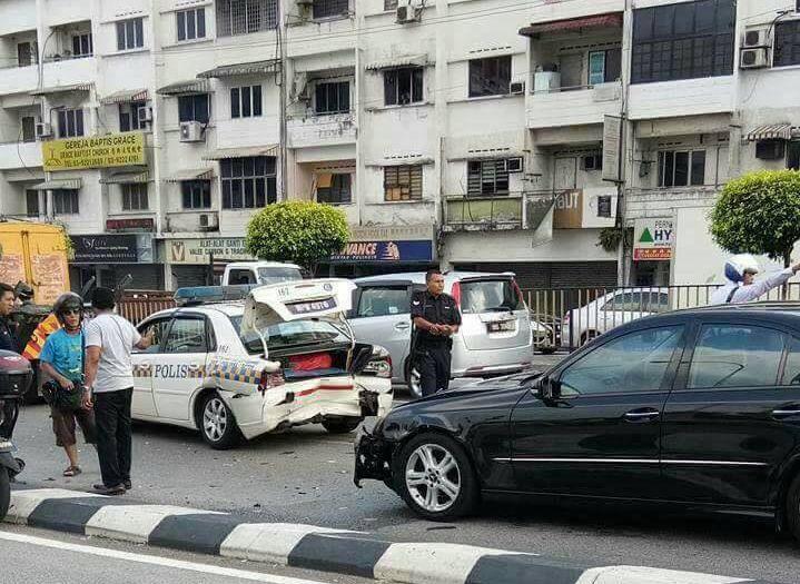 Video mercedes hentam belakang kereta peronda polis   RAKAMAN video membabitkan kereta peronda polis yang dilanggar sebuah kereta dari belakang di Jalan Loke Yew Cheras pada petang semalam mula menjadi tular di laman sosial.  Kejadian dipercayai berlaku kira-kira jam 3.30 petang apabila kereta Mercedes tidak menyedari kenderaan peronda polis di hadapannya membuat brek kecemasan berikutan aliran trafik yang perlahan di hadapannya.  Susulan itu kereta Mercedes terbabit gagal memberhentikan…