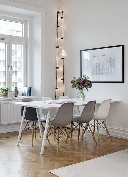 Prachtige eetkamer met een lichtsnoer. Meer interieur inspiratie op http://www.interieurinspiratie.nl/