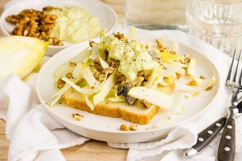 Recept voor haringsalade op toast voor 4 personen. Met water, peper, haring, walnoot, appel, witlof, avocado, mayonaise, citroen en brood
