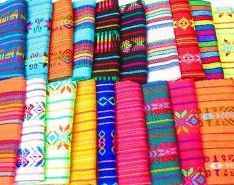 Tissu coloré de détails géométriques mettant en vedette du Mexique et des couleurs vives. Ce tissu à motif aztèque doux et léger peut être utilisé pour lartisanat, vêtements, accessoires et décor à la maison. Cest machine tissée de tissu acrylique avec motifs tribaux brodés.  Nos tissus motif mexicain mesurent 31 pouces de large.  Frais de port : Ce produit est expédié du Mexique, sil vous plaît permettre 7-14 jours aux États-Unis et au Canada pour votre tissu darriver, sil vous plaît…