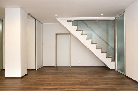 ガラスパーテーションで仕切られた階段(スケルトンリフォーム(コンクリート住宅の構造体を残した室内全面リフォーム)) - その他事例|SUVACO(スバコ)